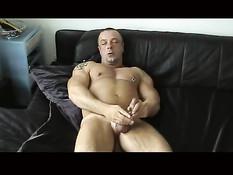 Одинокий немецкий жлоб мастурбирует дома