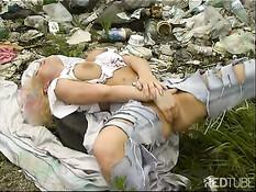 Бездомная сисястая шалава мастурбирует на помойке