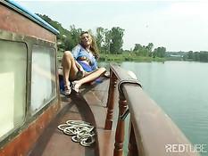 Возбужденная детка играет с собой на лодке