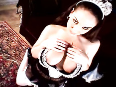 Грудастая горничная в сексуальном кожанном белье