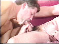 Два мужика играются с фаллоимитатором
