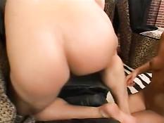 Очень милая чернокожая подружка обожает секс