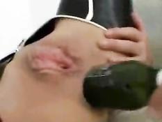 Брюнетка в латексном костюме суёт в жопу бутылку