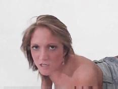 Чувак в противогазе наблюдает за сексом негра и белой девки
