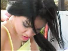 Смазливую малышку трахнули в кузове автомобиля