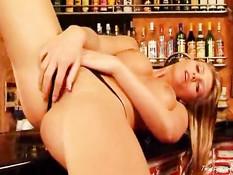 Джина в баре раздевается догола и ласкает себя