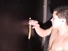 Мальчик любит сосать член и глотать сперму через стену