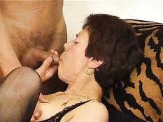 Парень вставляет женщине банан во влагалище