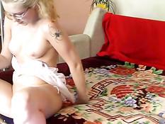 Одинокая блондинка мастурбирует себя вибратором