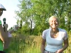 Блондинка преследут девушку, чтобы та показала сиськи