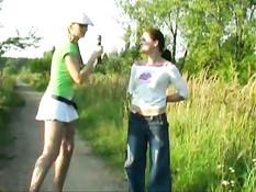 Блондинка преследует девушку для съёмок в эротике