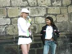Блондинка пристаёт к девушкам, чтобы они показали сиськи