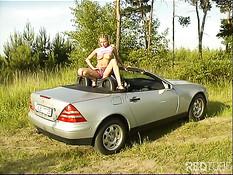 Блондинка раздевается и мастурбирует на своём Mercedes