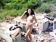 Андреа любит бродить голышом по заброшенным зданиям