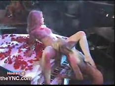 Девочки занимаются лесбийским сексом на белом рояле