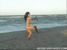 Девушка занимается йогой на нудистском пляже