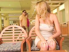 Блондинка Оуэн занимается мастурбацией в фойе