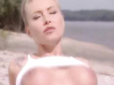 Французская пара занимается сексом на летнем пляже