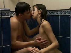 Домашняя ебля молодой пары в душе