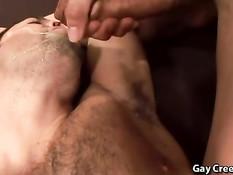 Мужчина трахает приятеля и кончает ему в рот