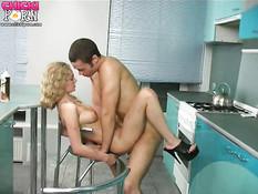 Молодая русская пара совокупляется на кухне