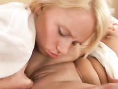 Блондинка и брюнетка лижут все свои интимные места