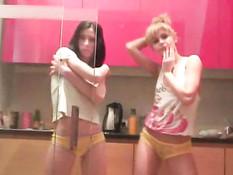 Саша и Даша дурачатся на кухне под музыку