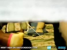 Чёрная любительница дрочит свою киску на кровати