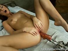 Красивая девушка Лили ебётся с секс машиной