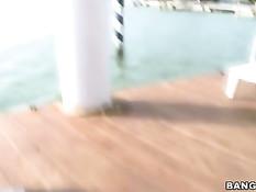Две девки делают хороший минет на берегу водоёма