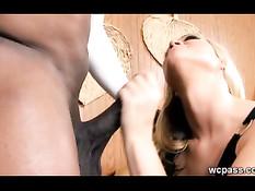 Девушка занимается сексом с чёрным приятелем