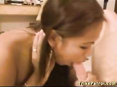 Азиатская девушка рукой доводит мужчину до семяизвержения