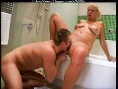 Оральный секс в ванной с опытной блондинкой