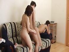 Студент Артур трахает в разных позах подруг Таню и Полину
