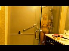 Блондинка в красной маечке развлекается с мужиком на кровати