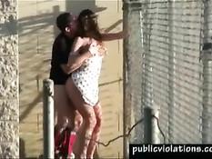 Пара любит заниматься сексом у забора ближайшей тюрьмы