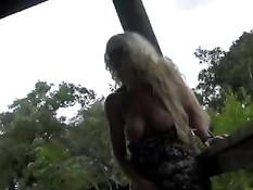 Прогуливаясь по парку Келли показывает свою большую грудь