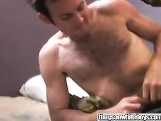 Двое бандитов заставили мужика сосать им хуй