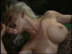 Порнозвезда Helen Duval делает мужикам минет в баре