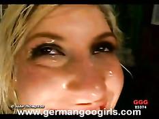 Блондинке кончают на её личико, ротик и сексуальный язычок