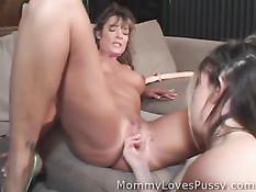 Мамочка и дочка в сексе используют язык, руки и секс игрушки