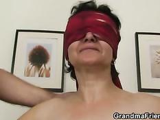 Женщина с красной повязкой на глазах сосёт члены двум парням