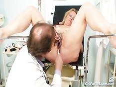 Мужчина гинеколог исследует волосатую пизду пожилой дамы