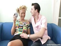 Сексуальная зрелая женщина трахается с молодым парнем
