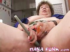 Похотливая бабушка мастурбирует при помощи зажжённой свечи