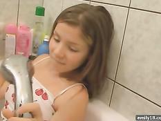Юная красавица принимает горячую ванну в мокрой одежде