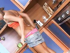 Девочка раздевается на кухне и намыливается мыльной пеной