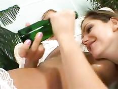 Лесбиянки Санди и Сандра трахаются после регистрации брака