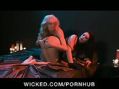 Блондинке снится, как она занимается сексом с девушкой в корсете