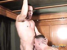 Молодой парень занимается сексом с опытным атлетичным мужчиной